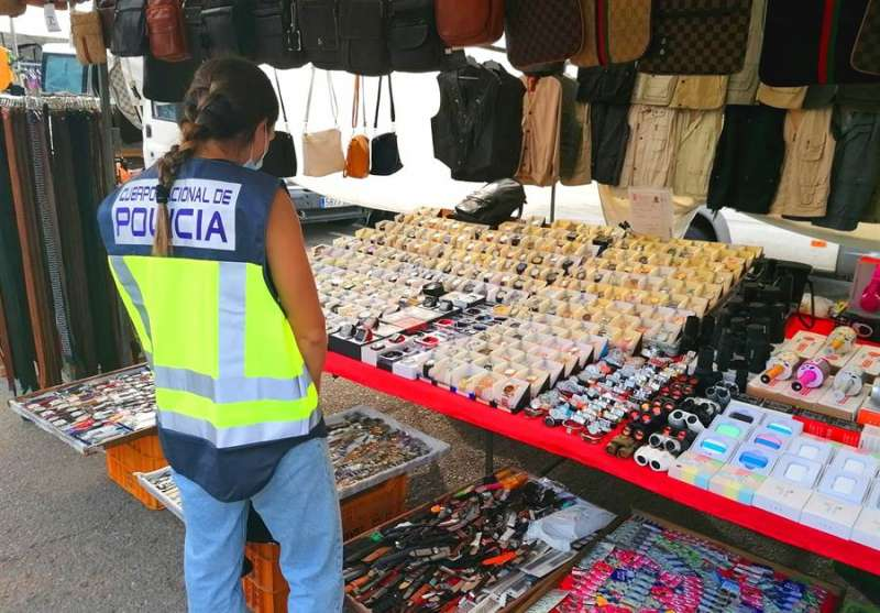 Foto cedida por la Policía Nacional de parte del material falsificado intervenido en Dénia.
