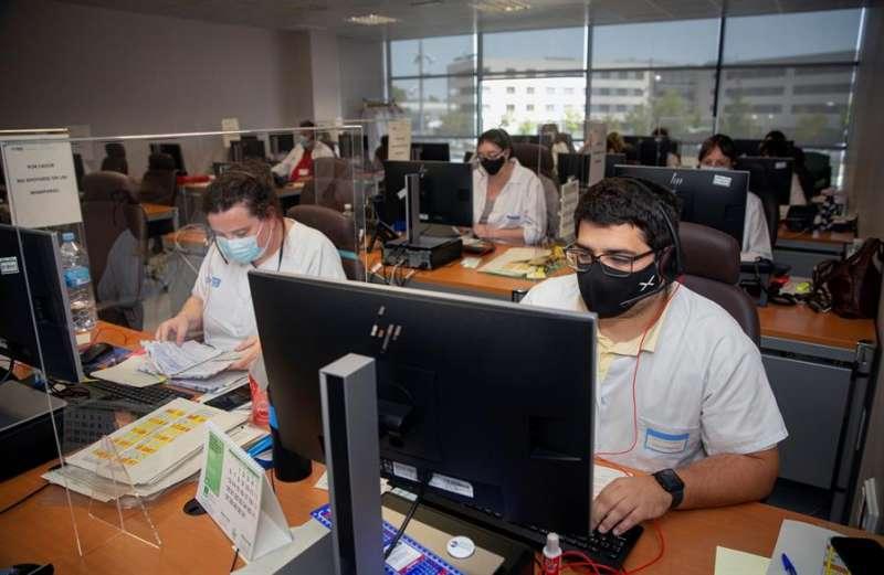 Vista de los trabajadores del grupo multidisciplinar de rastreadores este domingo en Logroño. EFE/Raquel Manzanares