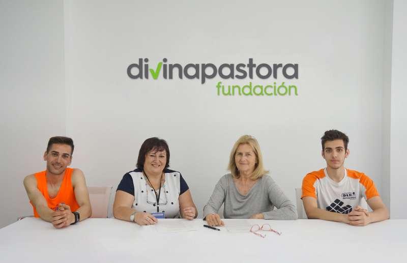 Rosa Laparra, gerente de la Fundación Divina Pastora, con representantes de la asociación TDAH más 16 Valencia, tras la firma del convenio. DIVINA PASTORA