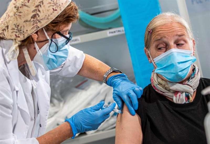 Una persona se vacuna contra la gripe. EFE/Archivo