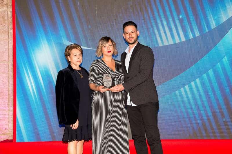 Amparo Navarro, administradora única de Velarte, entrega premio a los gerentes de Restaurante Viu.