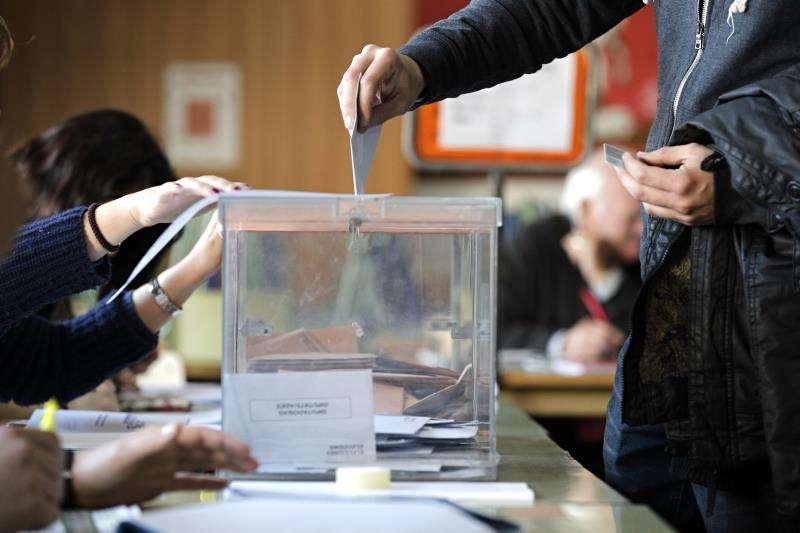 Una persona ejerce su derecho a voto en unos comicios. EFE/Archivo