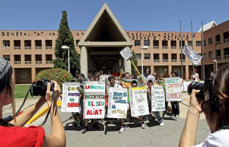 Una imagen de archivo de la Conselleria de Educacion, frente a la cual se manifestaba un grupo de estudiantes en 2012. EFE