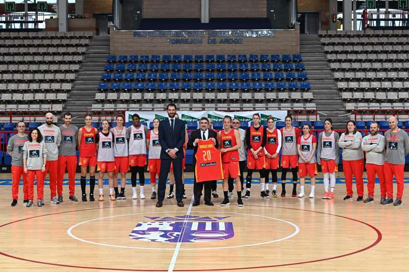 El ministro de Cultura y Deportes, José Manuel Rodríguez Uribes (11d), junto al presidente de la Federación Española de Baloncesto (FEB), Jorge Garbajosa (10i), en fotografía de familia con el equipo de la selección femenina de baloncesto.