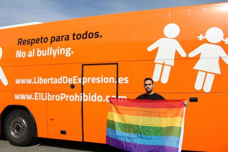 Javier Bezares junto al autobús. EPDA