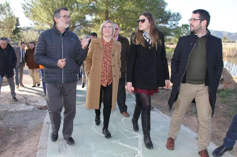 La consellera con la alcaldesa de Albalat dels Tarongers y el alcalde de Algímia d