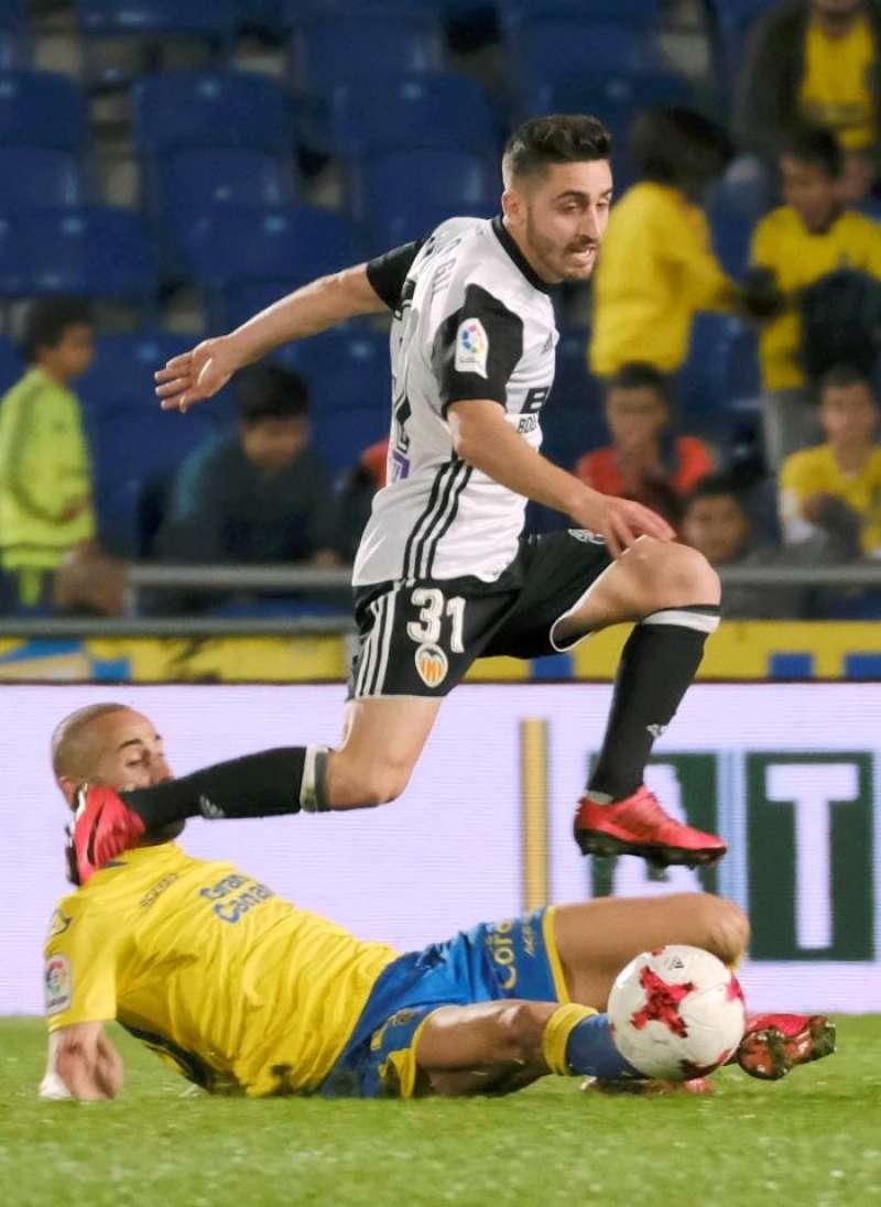 El centrocampista del Valencia CF, Nacho Gil, supera la entrada de un rival. EFE/Archivo