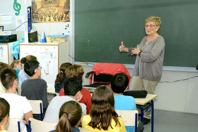 Rosa Serrano a un col·legi de Paiporta. EPDA