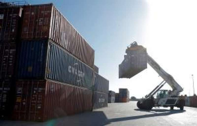 Un manipulador de contenedores trabaja en el puerto de València. Autoridad Portuaria. EFE