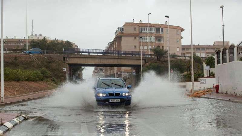Un vehículo circula por una calle inundada. EFE/Archivo