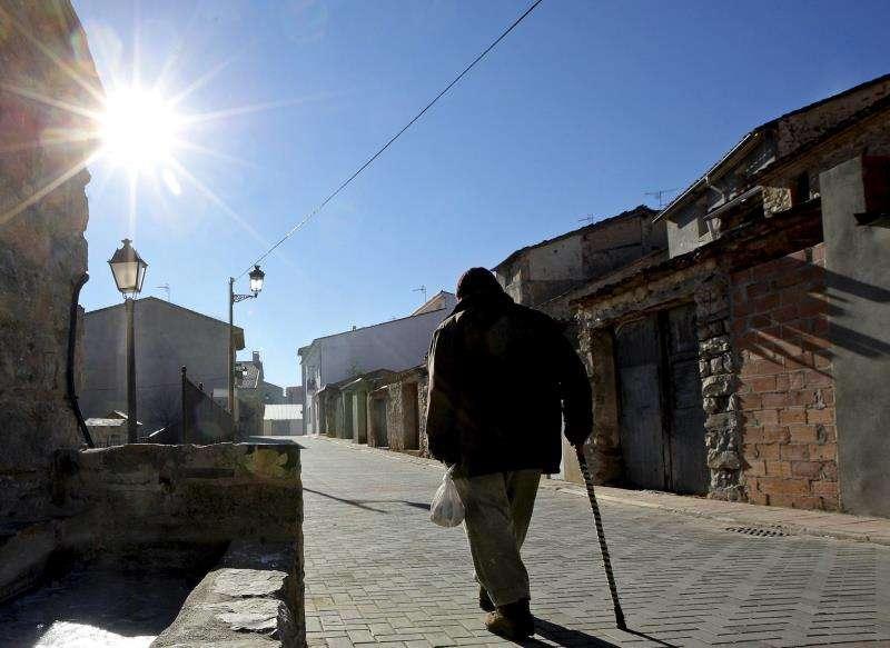 Un hombre pasea abrigado a primera hora de la mañana en la localidad castellonense de Barracas. EFE/Bruque/Archivo