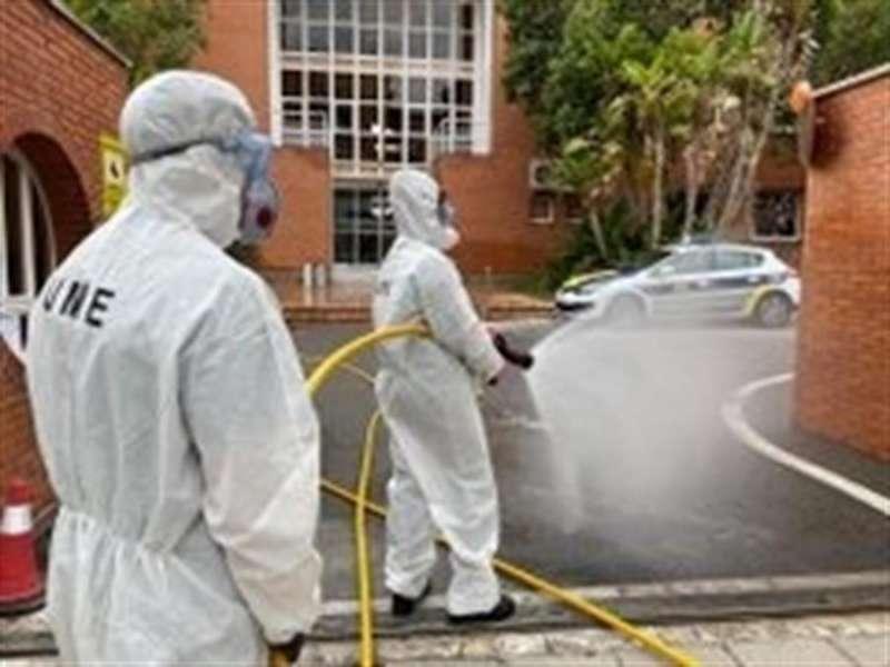 Miembros de la UME , en una de sus desinfecciones, en una imagen de estos días.EFE/Ana Escobar