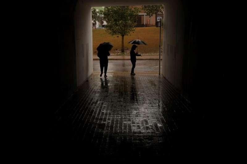 Dos personas se protegen de la lluvia en Almenara, en una imagen de archivo. EFE