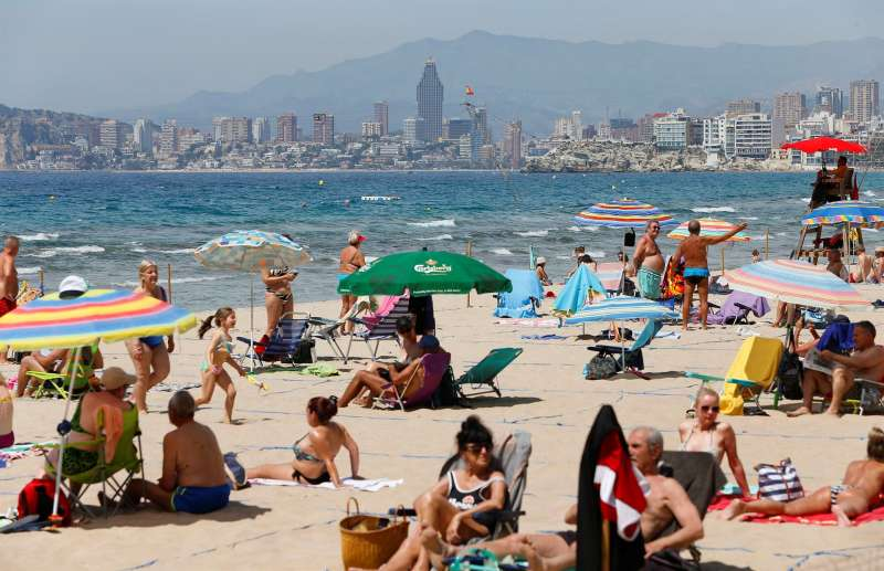 Los bañistas han comenzado a acudir a las playas a disfrutar del buen tiempo como en esta de Benidorm.