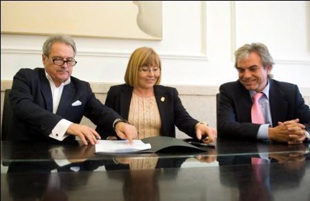 Firma del convenio de la Diputación con la alcaldesa de Montaverner. Foto: Abulaila