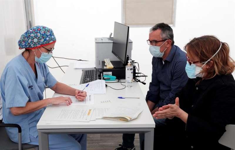 Una pareja, antes de realizarse las pruebas de coronavirus. EFE