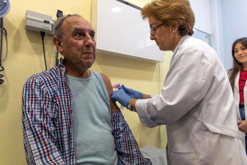 Una enfermera pone una vacuna. EFE/Archivo