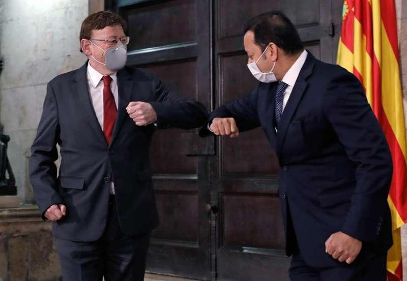 El president de la Generalitat, Ximo Puig, saluda al presidente del Valencia CF, Anil Murthy (2º izq), en junio del año pasado. EFE/Archivo