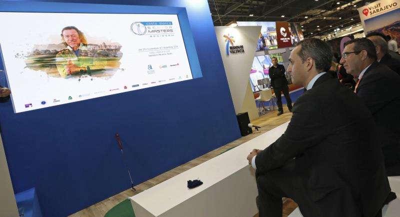 El presidente de la Diputación de Alicante, César Sánchez (i), durante la presentación hoy del Master Senior de Golf en el pabellón de la comunidad valenciana en la World Travel Market de Londres. EFE