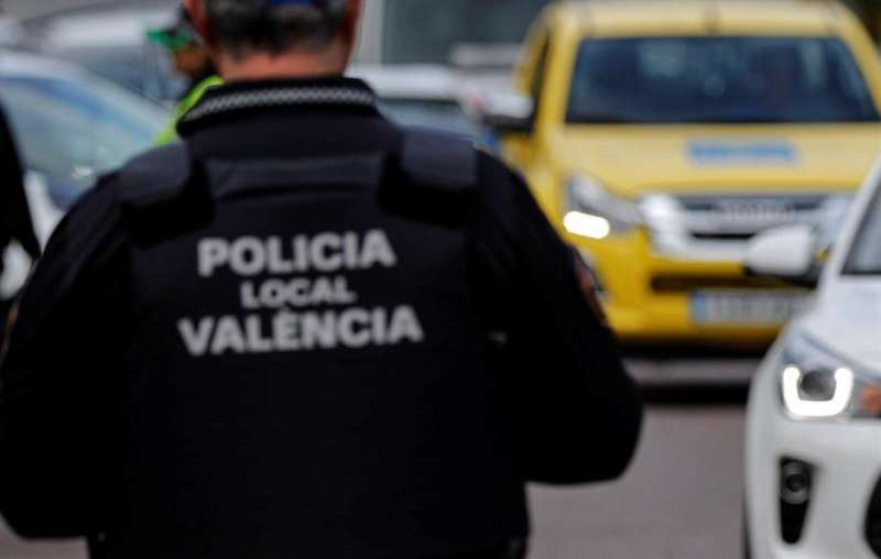 Un agente de la Policía Local de València. EFE/Manuel Bruque/Archivo
