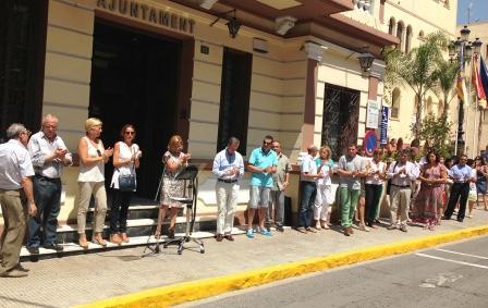 Concentración en la puerta del Consistorio de la Pobla de Vallbona en homenaje a las víctimas y heridos del accidente de tren de Santiago. Foto EPDA