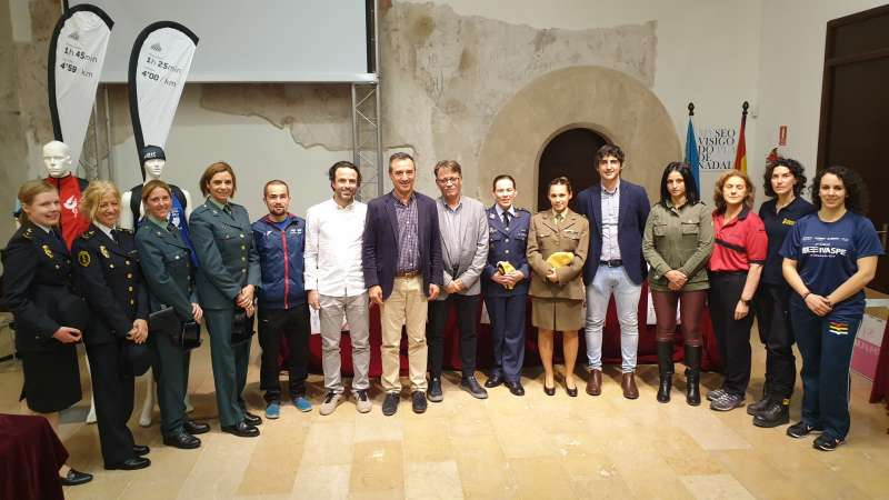 Foto de familia del alcalde con las Fuerzas de Seguridad. / EPDA