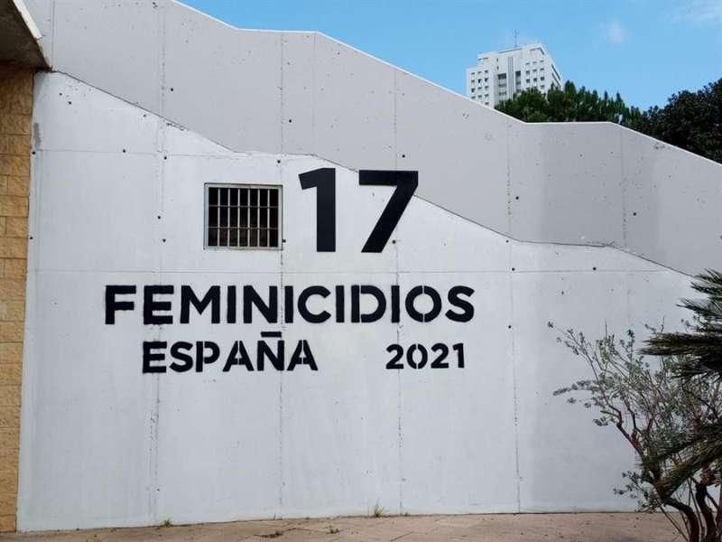 Nuevo contador de feminicidios instalado en el cauce viejo del río Turia en València. EFE