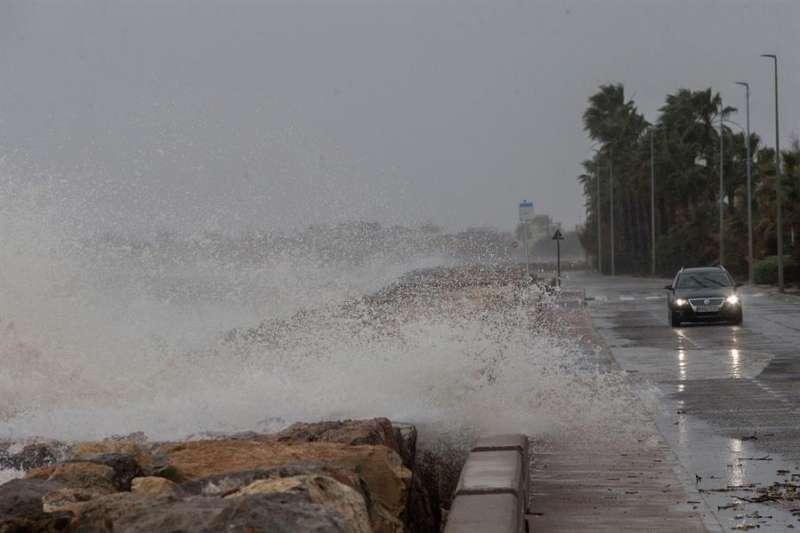 Vista general de la carretera entre Burriana y Nules azotada por los efectos del temporal. EFE/Domenech Castelló