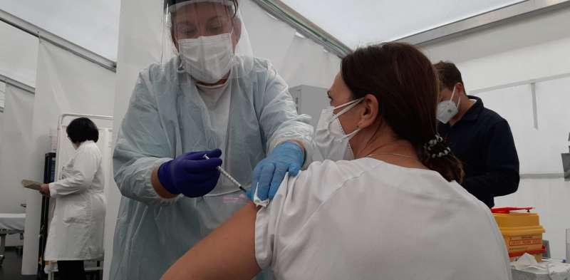 Una enfermera administra una dosis de la vacuna contra el coronavirus