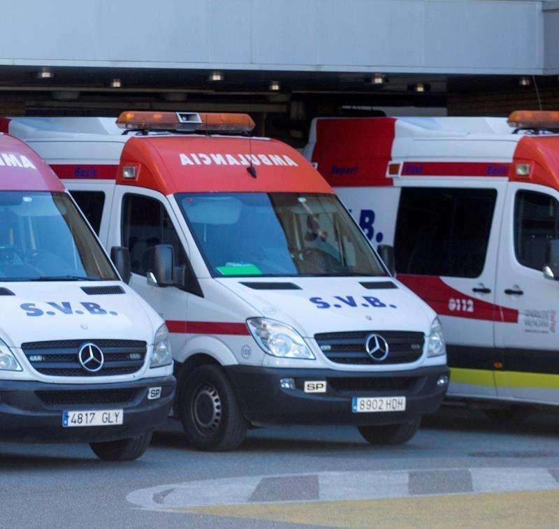 Ambulancias en la puerta de entrada de un hospital. EFE/Archivo