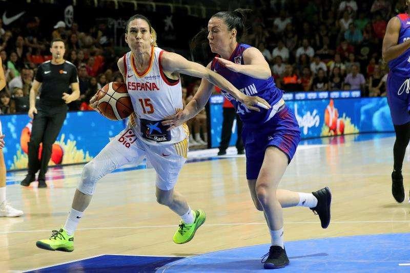 La jugadora de la selección española Anna Cruz (i) durante un partido del combinado nacional. EFE/Archivo