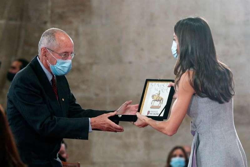 La reina Letizia entrega el Premio Jaime I en la categoría Investigación Médica a Miguel Beato del Rosal, hoy en la Lonja de los Mercaderes de València. EFE