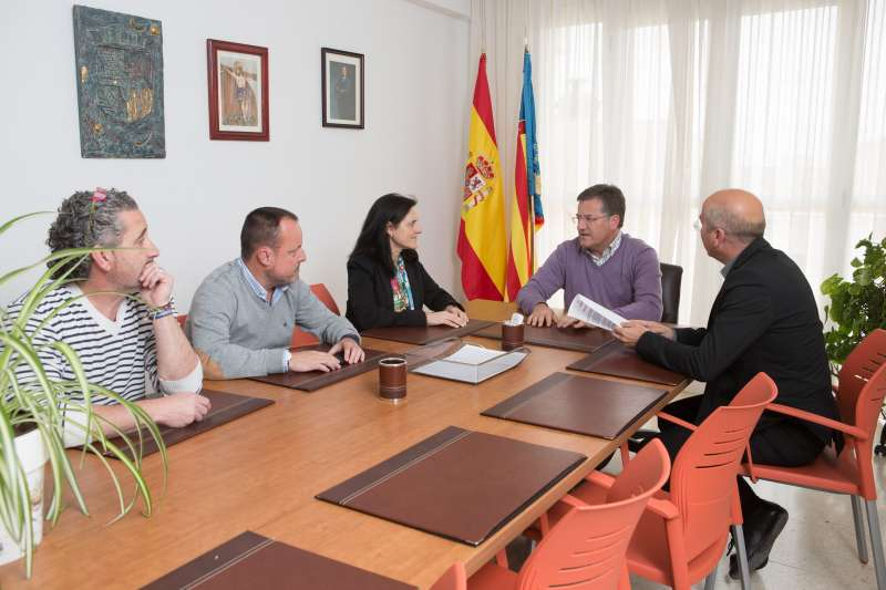 Espinosa y los responsables de Egevasa reunidos por el asunto de la piscina. //EPDA