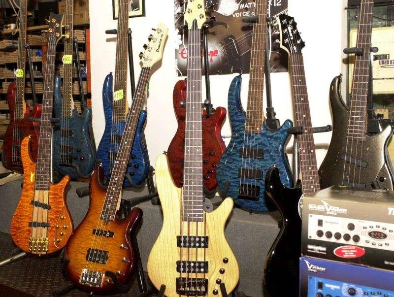 Guitarras eléctricas a la venta en una tienda de instrumentos musicales. EFE/Archivo