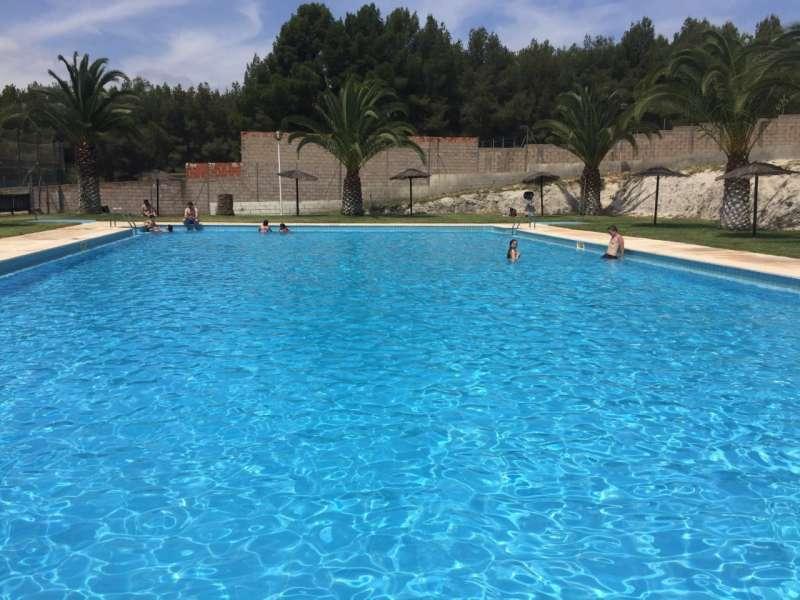 La piscina grande de Cárrica se mantiene abierta