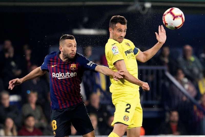 El defensa del Villarreal Mario Gaspar (d) y el defensa del FC Barcelona Jordi Alba disputan un balón en el partio del pasado curso en la Cerámica. EFE/Archivo