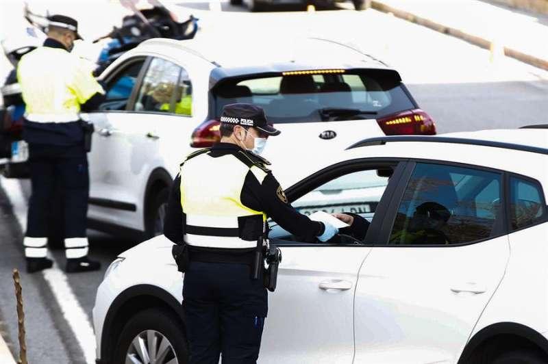Agentes de la Guardia Urbana durante un control de movilidad en Barcelona. EFE/Alejandro García/Archivo