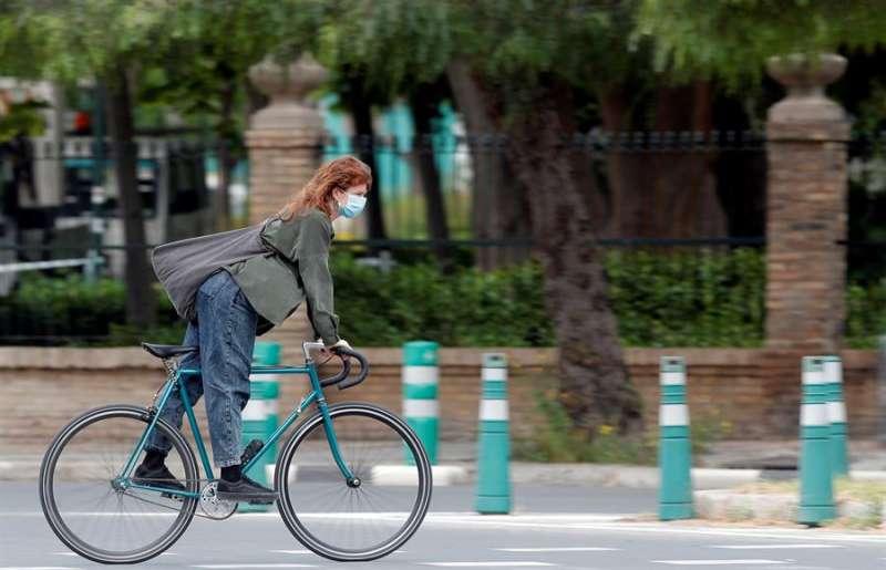 Una joven circula en bicicleta. EFE