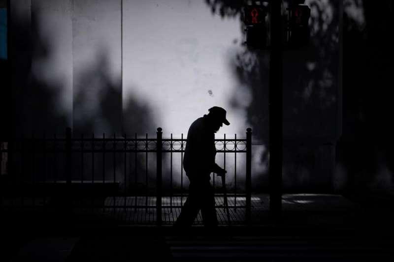 Silueta de un anciano que camina por una calle.EFE/Archivo