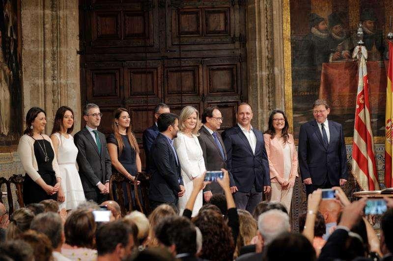 El president de la Generalitat, Ximo Puig (d), preside el acto de toma de posesi�n de su nuevo gobierno. EFE