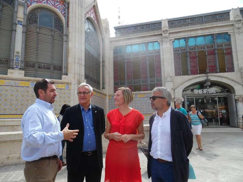 Visita de la consellera de Vivienda y del alcalde de Valencia, ambos en el centro, a la Lonja de Valencia