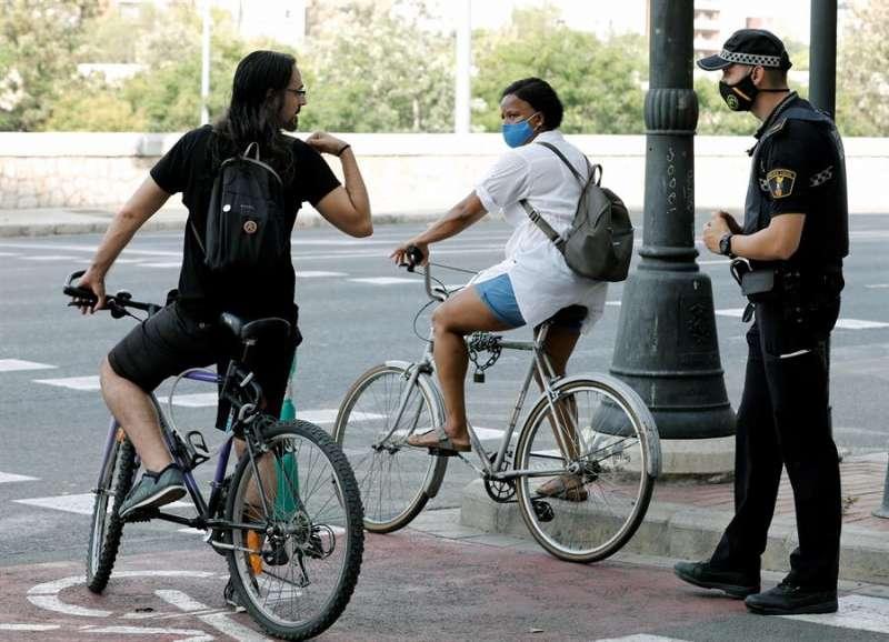 Un policía local durante un control del uso de la mascarilla. EFE