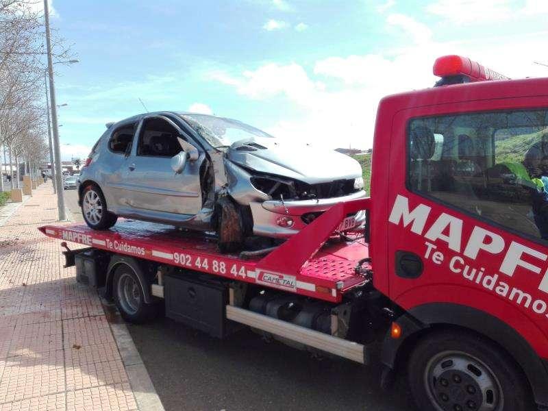 Una grúa recoge un coche siniestrado. EFE/Archivo