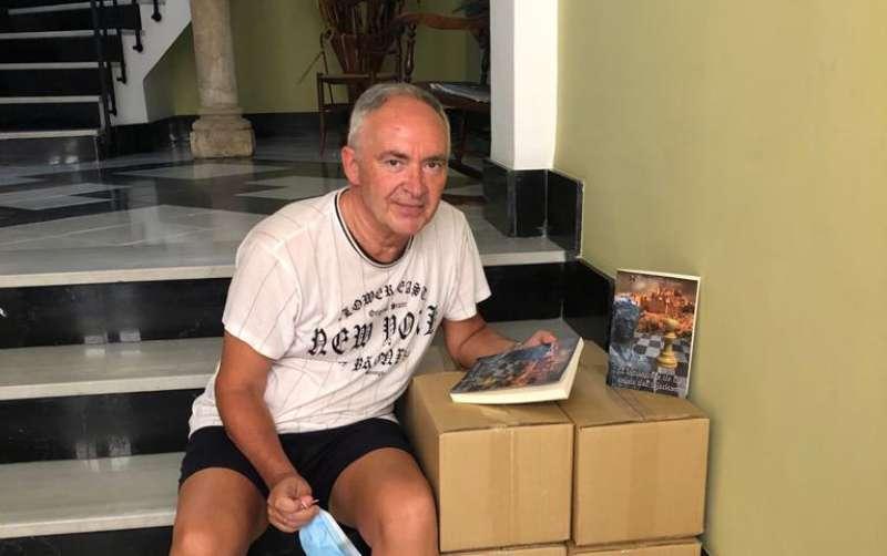 Rafa Martín en la llegada de los libros. Foto: Mª Carmen Calpe