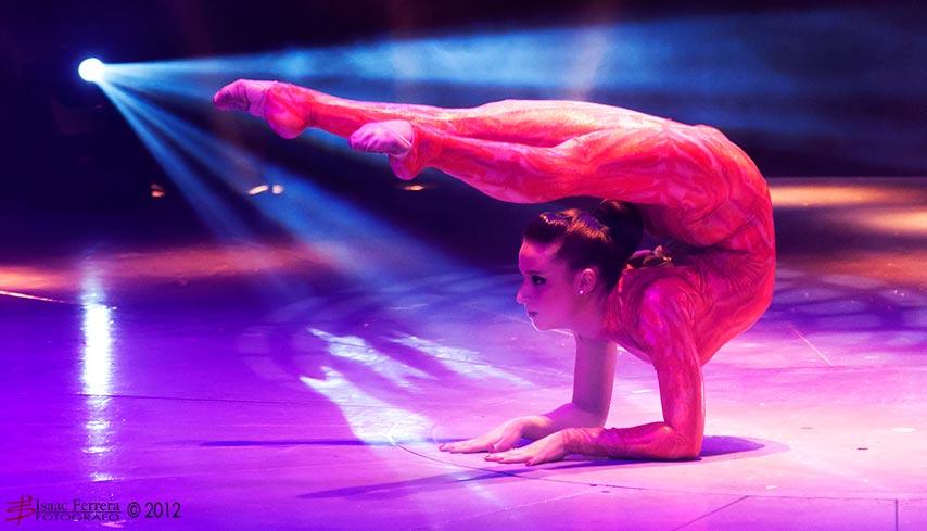 Una de las jóvenes en plena actuación. FOTO ISAAC FERRERA