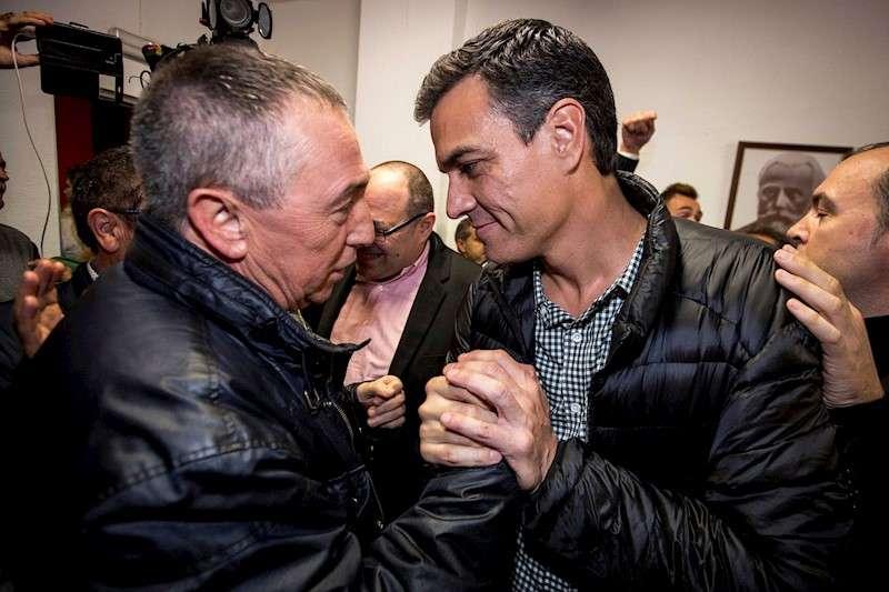 Imagen de archivo en la que el presidente del Gobierno en funciones, Pedro Sánchez, saluda al diputado de Compromís, Joan Baldoví (i). EFE/Biel Aliño/Archivo