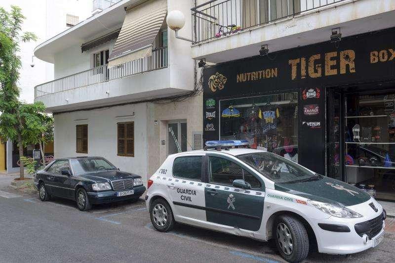 Un coche de la Guardia Civil durante un operativo en la localidad ibicenca de Sant Antoni. EFE/Archivo