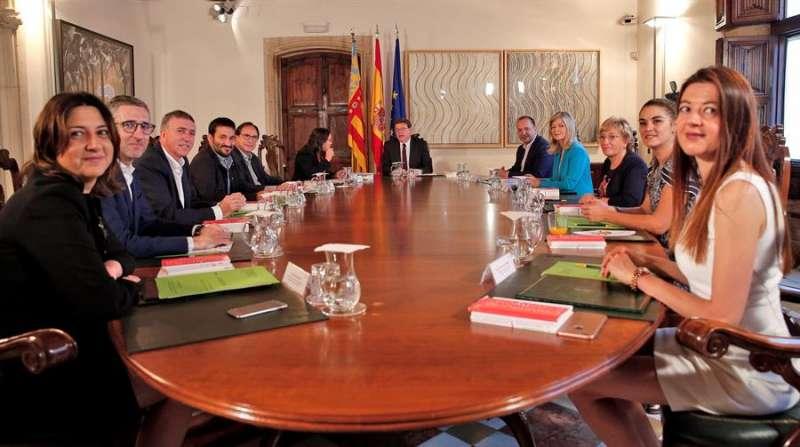 Imagen de archivo de una reunión del pleno del Consell. EFE/Manuel Bruque/Archivo