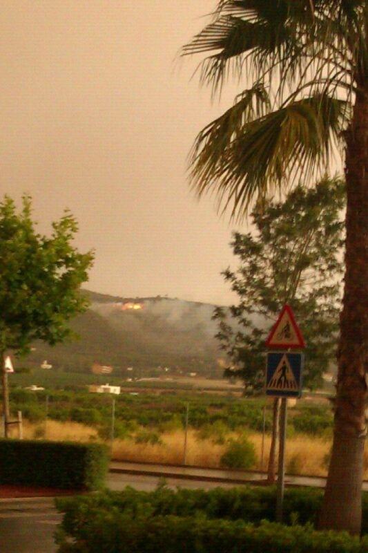 El fuego al fondo. FOTO P. VALENCIANO
