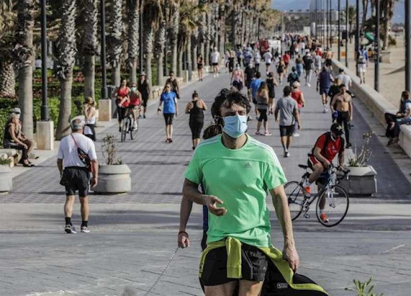 Vecinos de València paseando y haciendo deporte en la playa. EFE